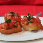 Ricotta Bruschetta Brot mit frischem Basilikum - vegetarisch