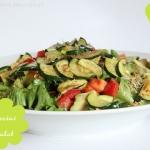 Gebratene Zucchini auf Blattsalat