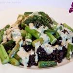 Grüner Spargel auf schwarzem Reis mit Cashew-Sauce