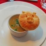 Französische Zwiebelsuppe mit Blätterteig-Schweinderl