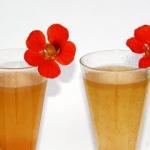 Kapuzinerkresseblüte als Cocktail Deko