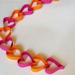 Valentinstag DIY: Herz Girlande aus Papierstreifen