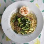 Pasta mit Rosen-Pesto & grünem Spargel