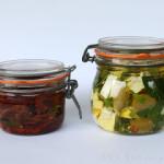 Eingelegter Feta und eingelegte getrocknete Tomaten – vegetarisch