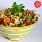 Nudel-Salat mit Stangensellerie, Tomaten  & Pesto-Senf-Dressing