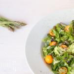 Spargel und Kumquat auf Salatbett