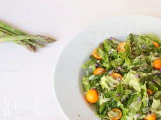 Spargel & Kumquat auf Blattsalat
